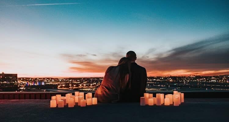 Мужчина и женщина любуются закатом