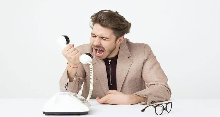 Мужчина ругается по телефону