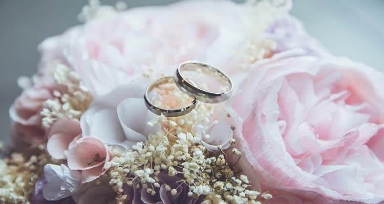 Обручальные кольца на цветах
