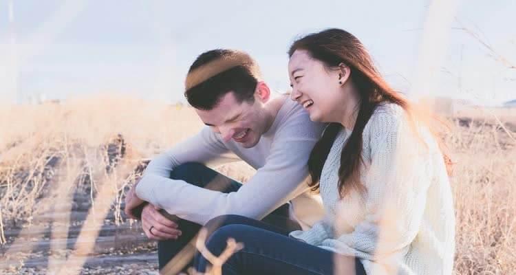 Парень и девушка сидят в поле