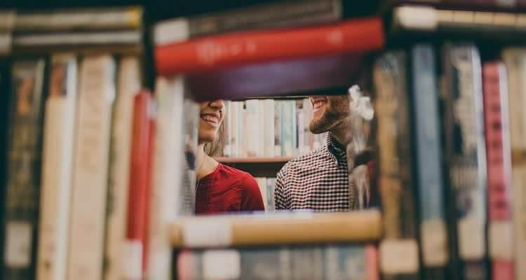 Парень и девушка среди книг