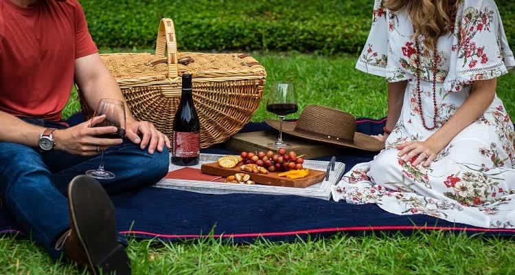 Пикник с вином на природе
