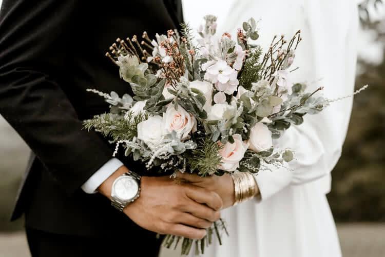 Цветы в руках торжественном событии