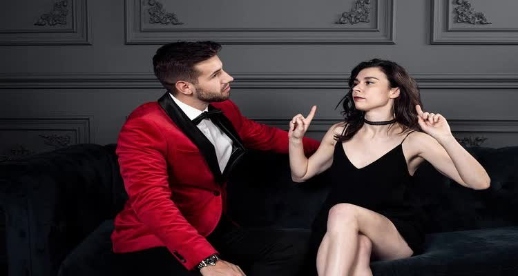 Девушка и парень в красной куртке выясняют отношения