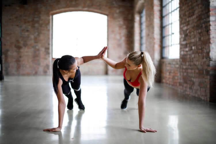 Две девушки занимаются спортом