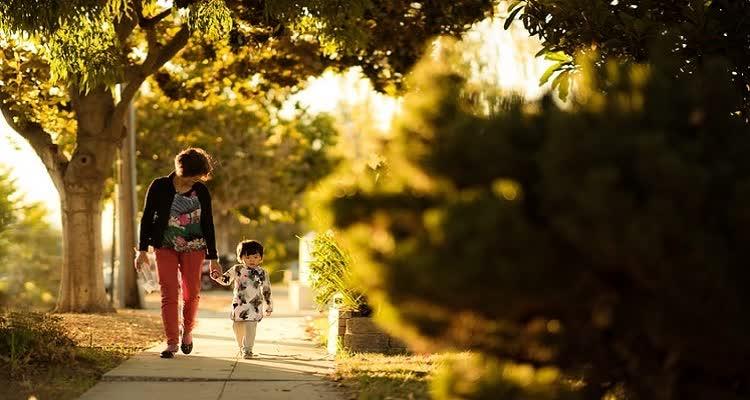 Женщина с ребенком гуляет в парке