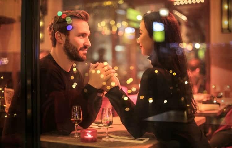 Женщине удалось заинтриговать мужчину в кафе