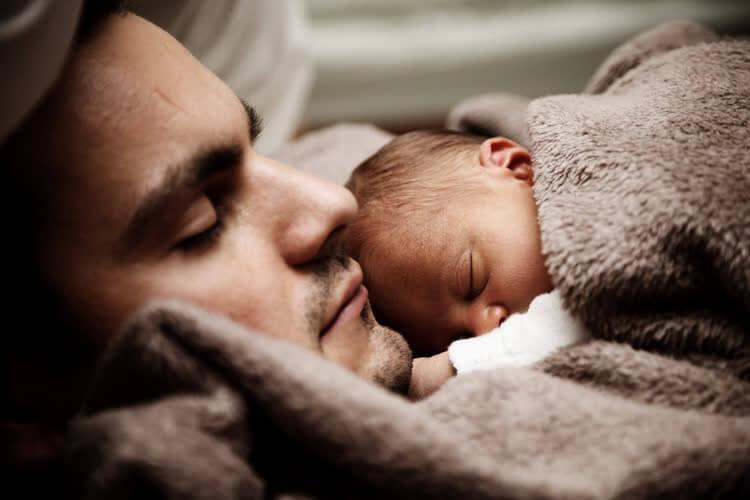 Малыш спит с папой