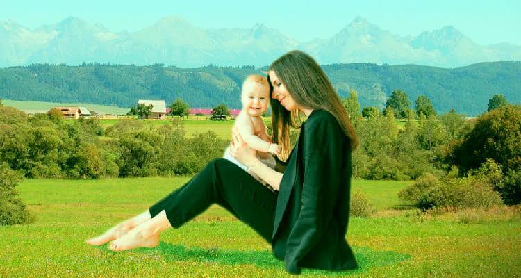 Мама сидит с ребенком на природе