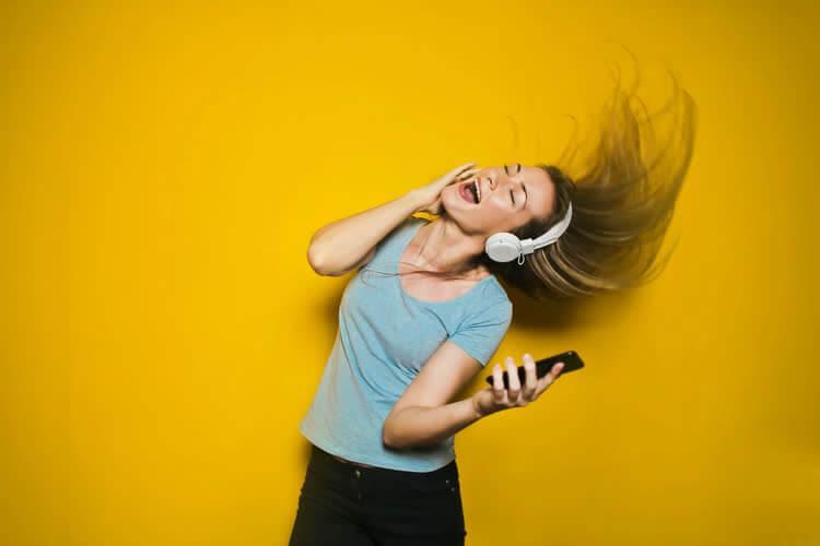 Общения женщины по телефону с парнем