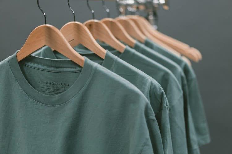 Отстиранные футболки сушатся
