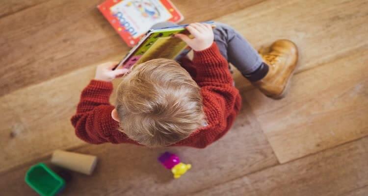 Ребенок играет с книгами