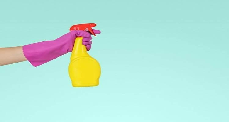 Рука в перчатке в очистителем