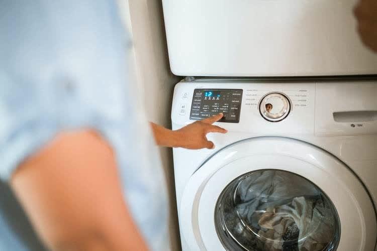 Стирка одежды после машинного масла в стиральной машине