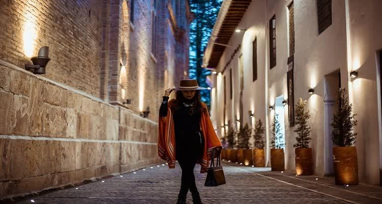 Девушка на улице в шляпе