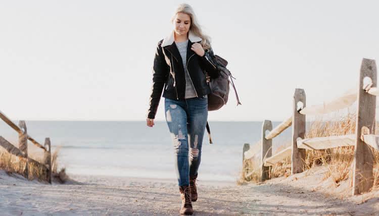 Девушка в джинсах варенках