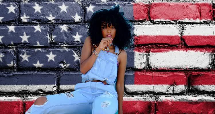 Девушка в одежде американского стиля