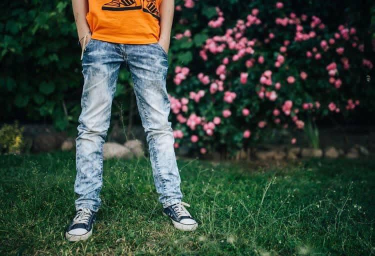 Парень в джинсах на природе